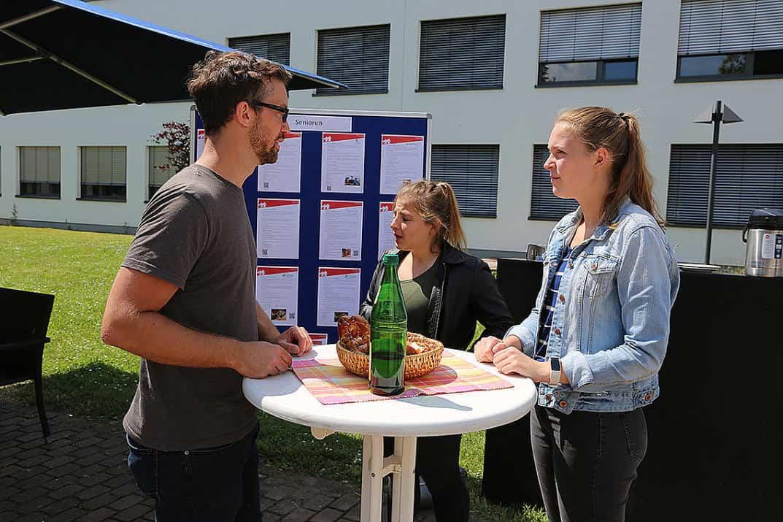 Damian Belter im Gespräch zum Thema Ehrenamt mit zwei Studentinnen der Hochschule Worms