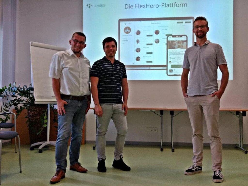Thomas Jäger und das Team von FlexHero vor der Präsentation wie viel sozial braucht digital