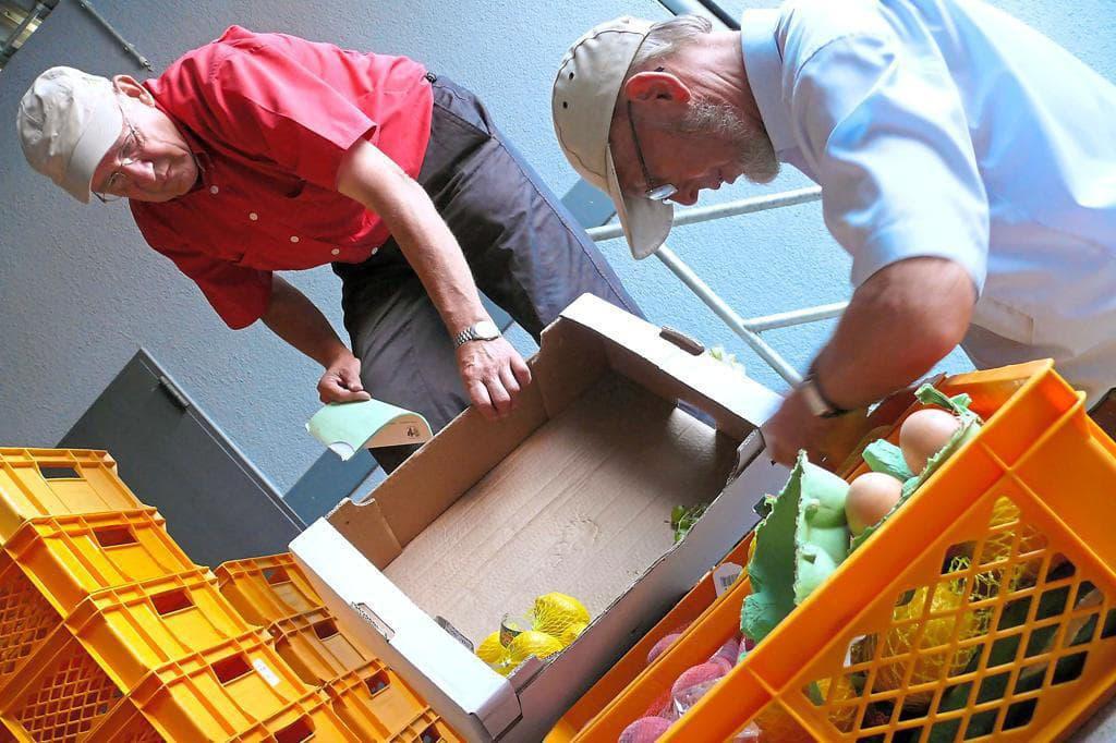 Ehrenamtliche Helfer arbeiten in der Tafel in Steinfurt