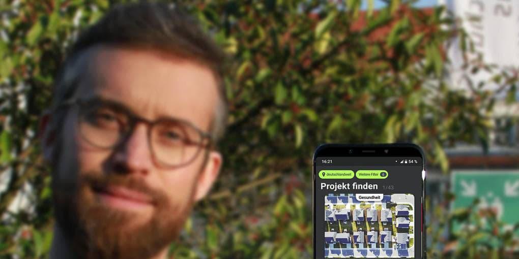 Flexhero-Mitbegründer Damian Belter zeigt die App, die in der Corona-Krise erweitert (ISB)