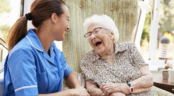 Ehrenamtliche unterhält sich mit alter Frau