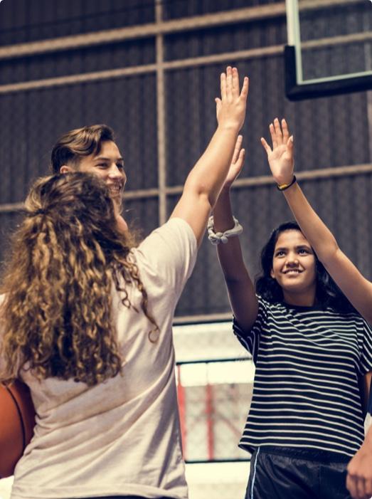 Junge Menschen im gemeinnützigen Verein spielen Basketball