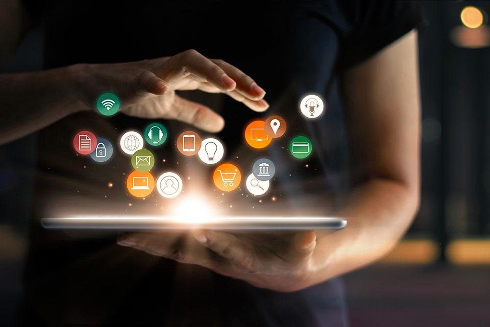 Hand über digitalem Medium