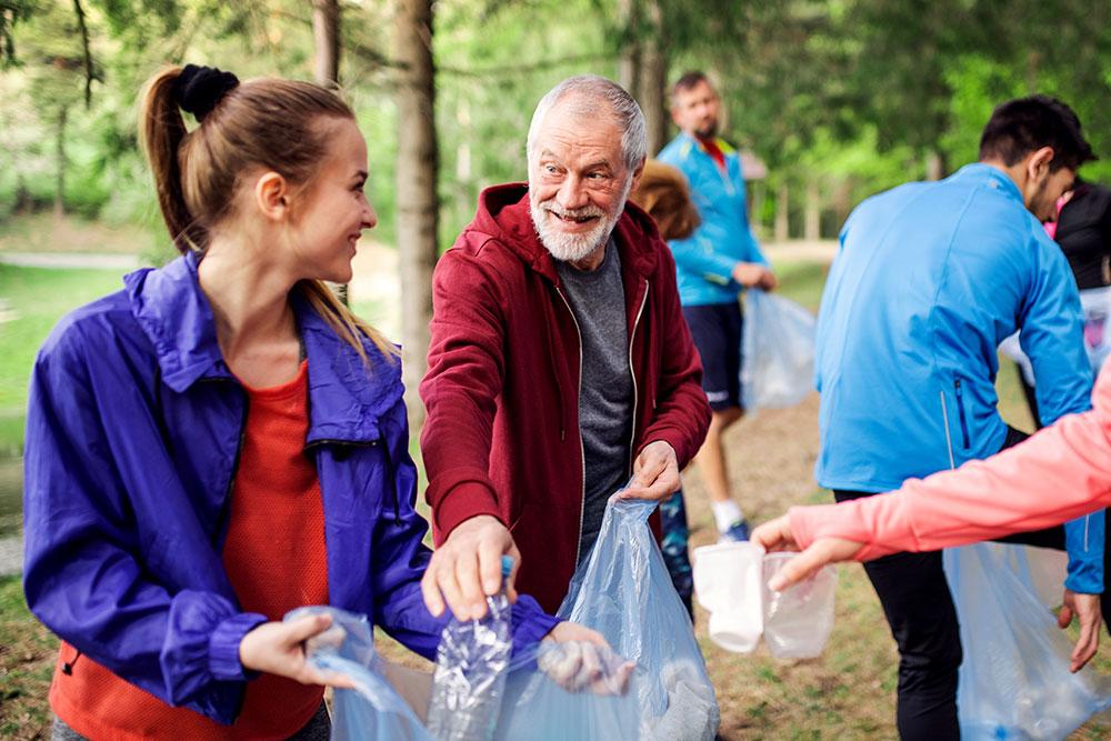 Ehrenamtliche Helfer sammeln Müll in der Natur