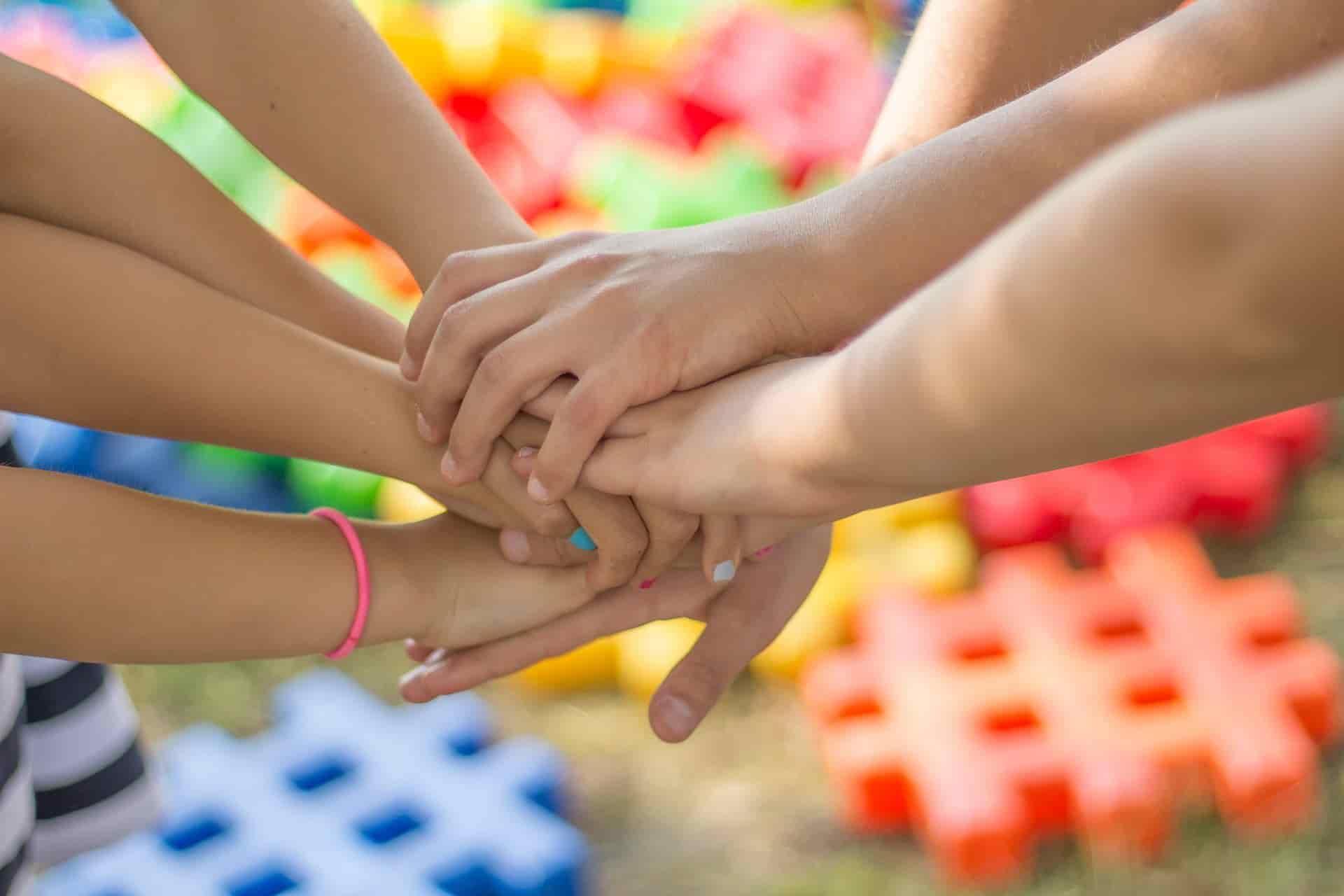 Kinderhände die zusammenhalten