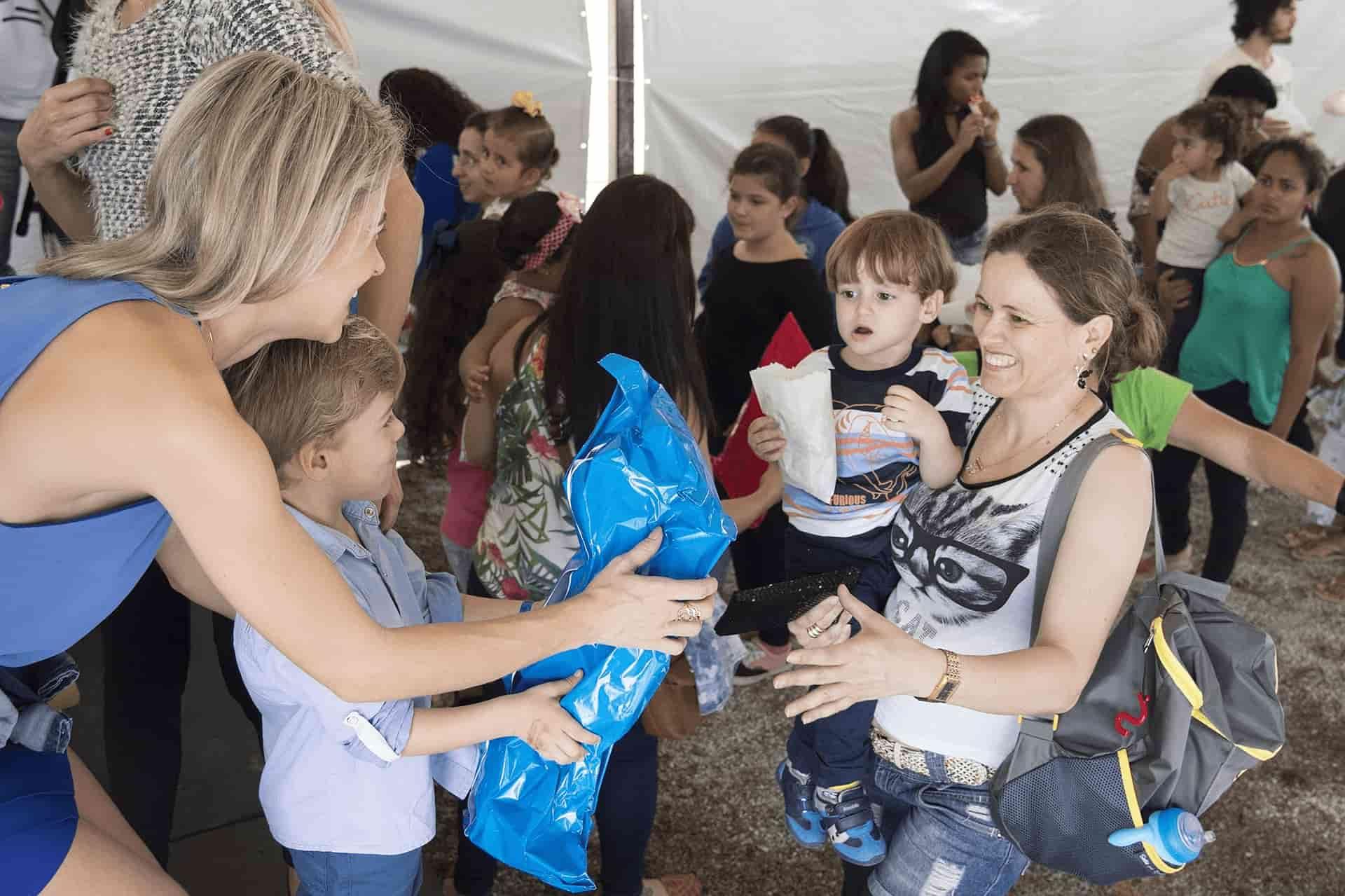 Frauen und Kinder helfen Fluechtlingen