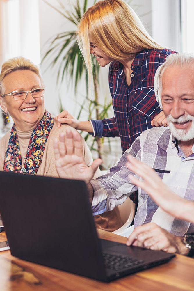 Studierende helfen ehrenamtlich Senioren mit digitalen Medien Hochformat