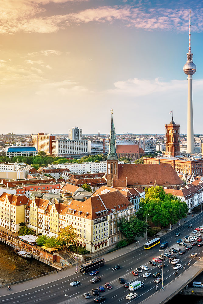 Skyline von Berlin mit Fernsehturm Hochformat