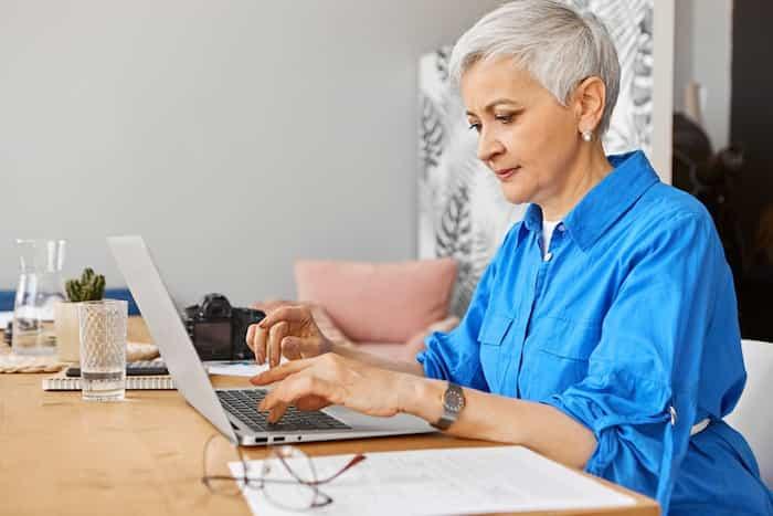 Ehrenamtsbeauftragte sitzt vor Laptop und bedient den Engagementplaner
