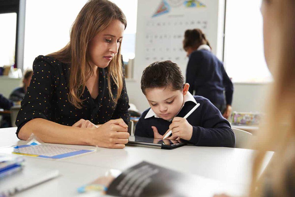 Frau hilft Schüler bei der Nachhilfe