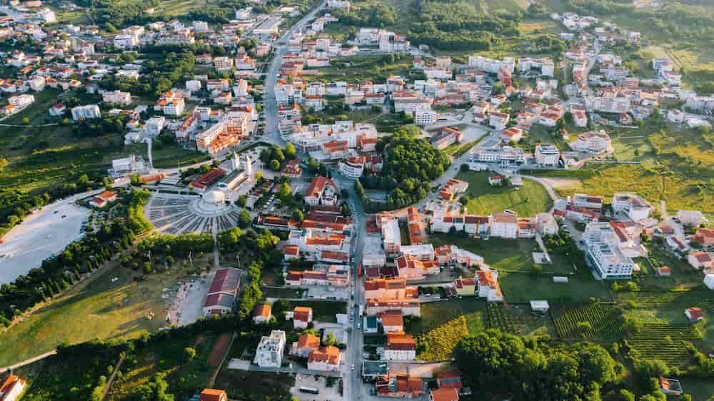 Kleinstadt mit Häusern, Parks und Verkehrs Netzwerk als Symbolbild für ein Ehrenamt Netzwerk in Gemeinden