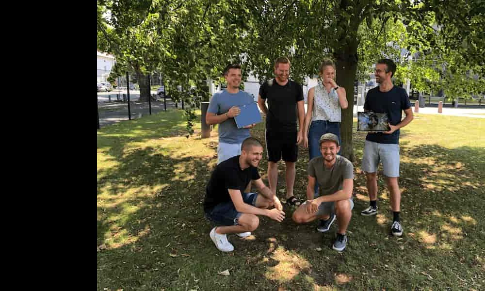 FlexHero Social Startup Team Foto auf dem Rasen für Jobs und Karriere, um ein Praktikum bei FlexHero oder einen nachhaltigen Job in einem Social Startup zu machen