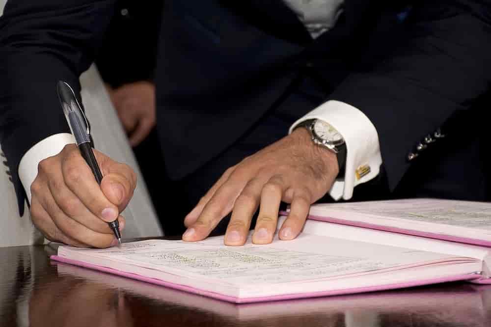Bürgermeister unterschreibt Verträge