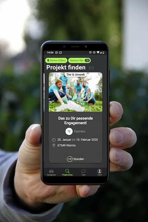 Mockup der FlexHero App mit Hand die das Smartphone hält damit dieses in Jobs und Karriere dargestellt werden kann