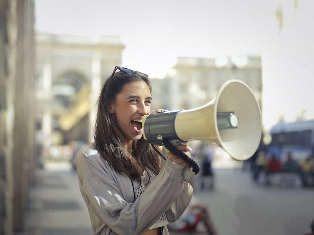 Frau mit Megaphone bei politischer Kampagne
