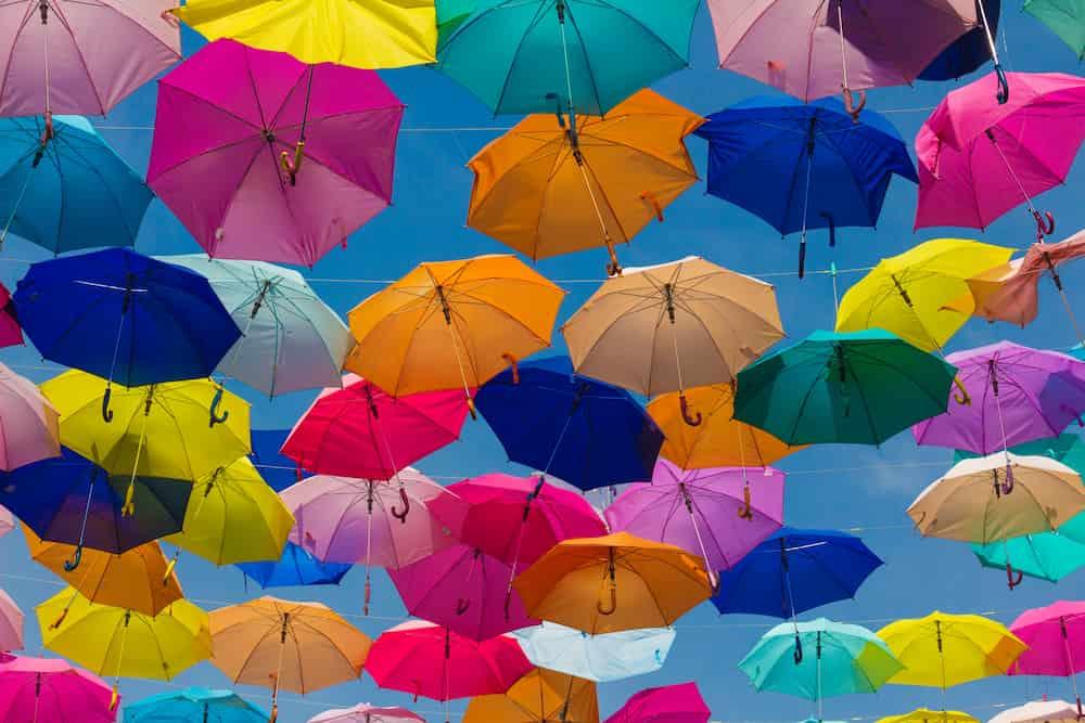 Bunte Regenschirme als Symbolbild für die Absicherung und Versicherung in einem Ehrenamt