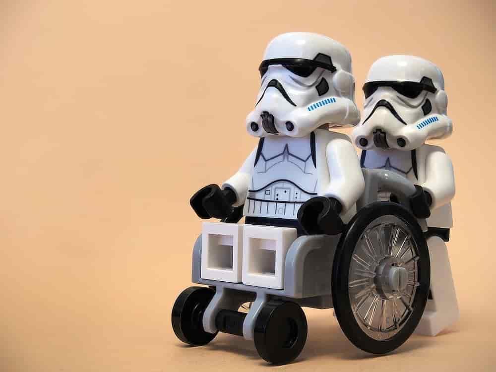 Lego Rollstuhl mit Star Wars Figuren als Fahrer und Ehrenamtlicher