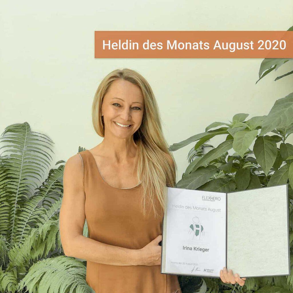 """Ehrenamtliche Irina Krieger mit Urkunde """"Heldin des Monats August 2020"""""""