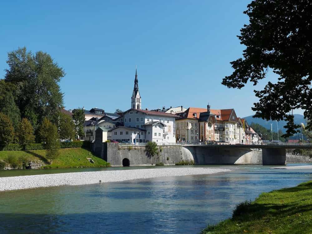 Der Fluss Isar vor der Stadt Bad Tölz