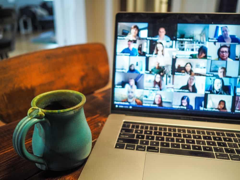 digitale Mitgliederversammlungen über Zoom auf einem Laptop