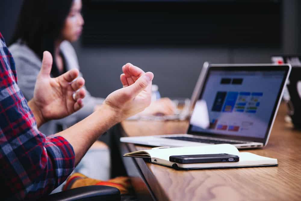 Ehrenamtliche halten ein digitale Mitgliederversammlung mit ihren Laptops