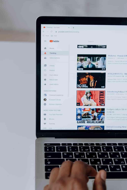 Laptop mit YouTube im Browser