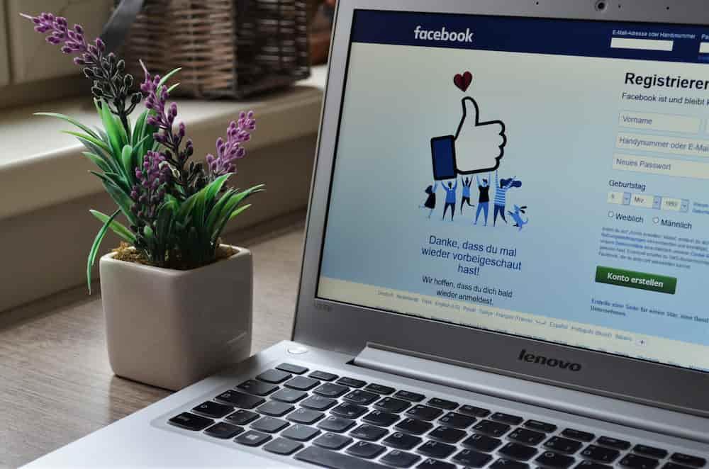 Computer mit Facebook im Browser