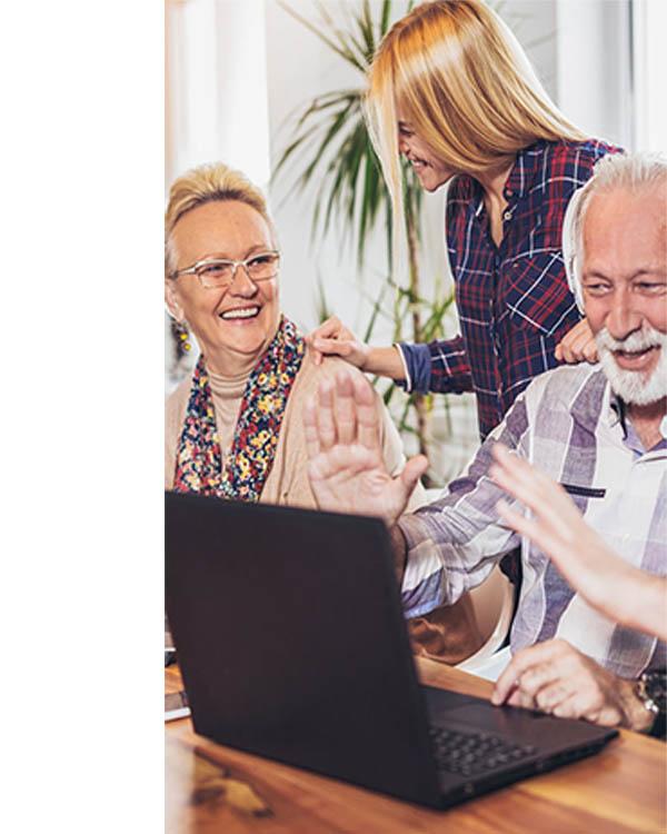 Senioren im Seniorenheim unterhalten sich mit Ehrenamtlicher