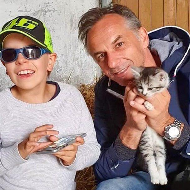 Ben mit Smarphone und Bernd Rosenbichler mit Katzenbaby